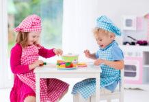 Børn leger med legemad