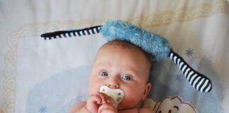 sød baby med sut